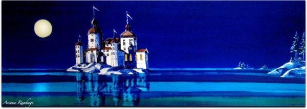 Läckö slott en sommarnatt, månen belyser det vita slottet med tinnar och torn. Vattenspeglingar ger ett skimmer som i en saga.