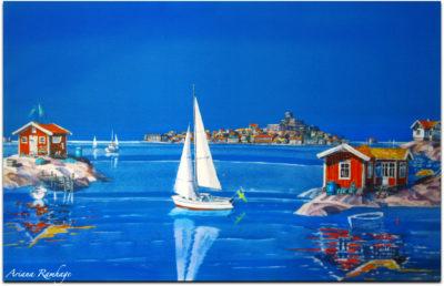 Vy över hela Marstrand från en vik på Koön. Marstrands fästning och hundra hus, stora som små finns på tavlan. Segelbåt i förgrunden.