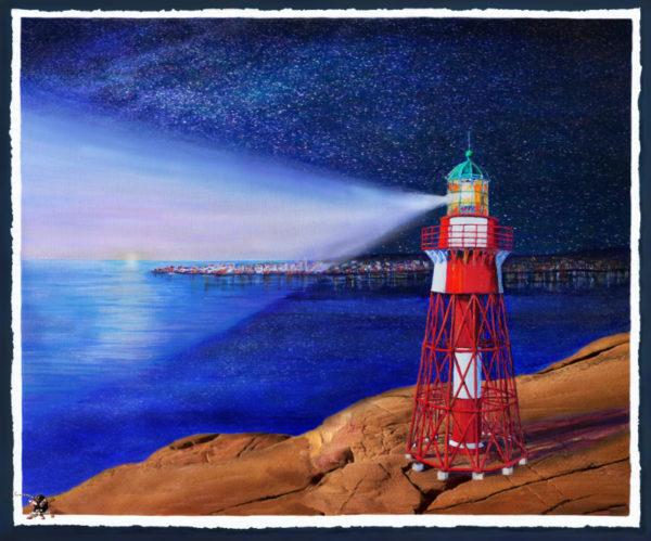 MÅSESKÄR FYR NATTEN med Käringön i bakgrunden. Fyren belyser en del av landskapet, den mörka delen visar stjärnhimmel.